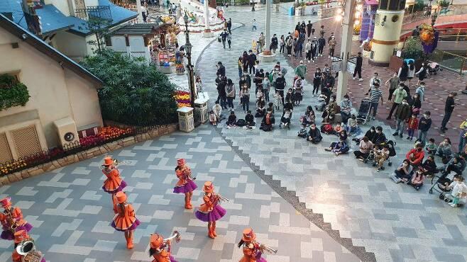 9일 오후 4시쯤 서울 롯데월드에서 시민들이 악단 공연을 보고 있다. /원우식 기자