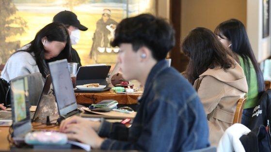 지난 3월 개강 직후 서울 마포구 홍익대 인근 카페에서 학생들이 시간을 보내고 있다. 연합뉴스