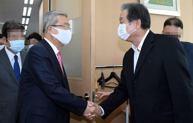 김종인 국민의힘 비상대책위원장이 지난 8일 오후 김무성 전 새누리당 대표가 주최하는 포럼의 강연자로 나섰다. 이 자리에서 두 사람의 첫 공식 회동이 이뤄졌다. 사진=연합뉴스