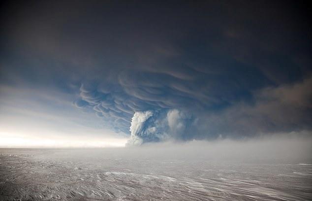 2011년 아이슬란드 그림스뵈튼 화산이 폭발했을 당시 폭발로 발생한 연기가 멀리 뻗어나가는 모습(AP 연합뉴스)