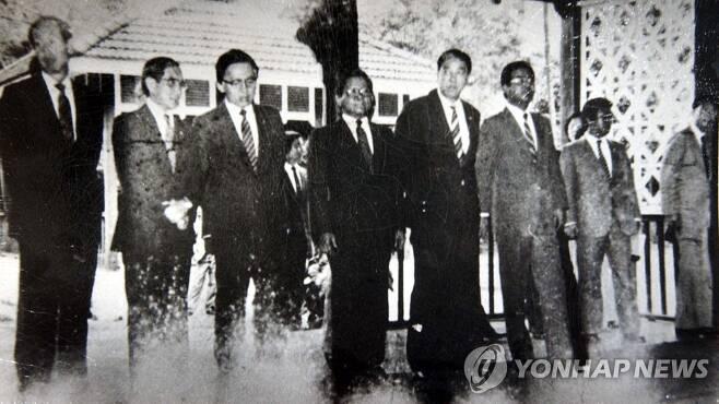 1983년 10월 9일 미얀마 아웅산 묘소에서 발생한 폭탄 테러 수초 전의 장면을 찍은 사진 [연합뉴스 자료사진. 재판매 및 DB 금지]