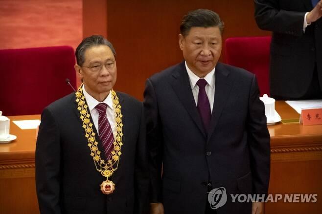 '코로나 유공자' 중난산에 새로 공화국 훈장 주는 시진핑 중국 국가 주석 (베이징 AP=연합뉴스)