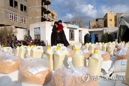 세계식량계획(WFP)이 제공하는 식량을 받는 아프가니스탄 가족 [EPA=연합뉴스 자료사진]