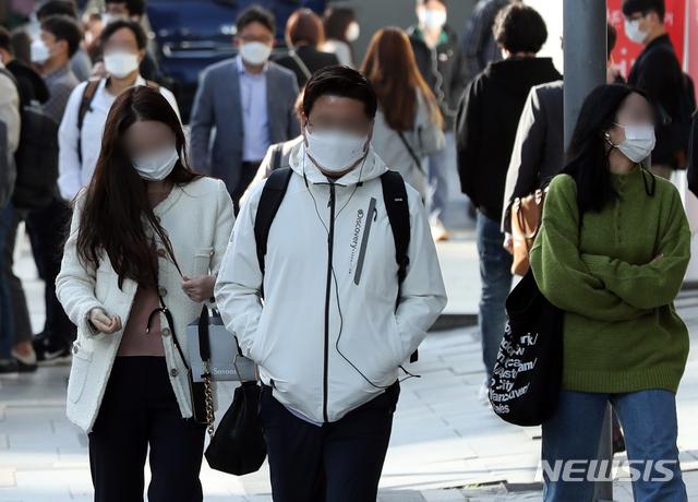 [서울=뉴시스]이윤청 기자 = 큰 일교차를 나타내며 아침 기온이 떨어진 지난 5일 서울 강남구 신논현역 인근에서 시민들이  외투를 입고 출근하고 있다. 2020.10.05. radiohead@newsis.com