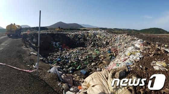 제주시 회천동 회천(봉개)매립장에 각종 쓰레기들이 널브러져 있다.2016.11.15 /뉴스1 © News1 오미란 기자