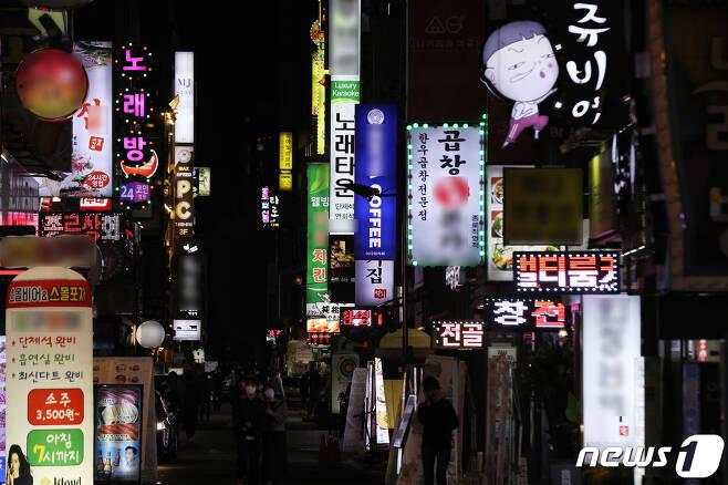 11일 오후 서울 종로구 종각역 인근 종로거리가 불을 밝히고 있다.2020.10.11/뉴스1 © News1 황기선 기자
