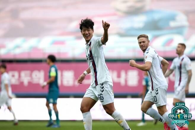 수원FC가 23라운드에서 대전하나시티즌을 꺾으면서 선두로 뛰어올랐다. 하지만 제주와 승점이 같은 박빙의 레이스다. (한국프로축구연맹 제공) © 뉴스1
