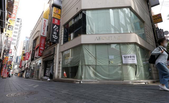 추석 연휴를 하루 앞둔 지난달 29일 서울 중구 명동 거리가 한산한 모습을 보이고 있다. 뉴스1