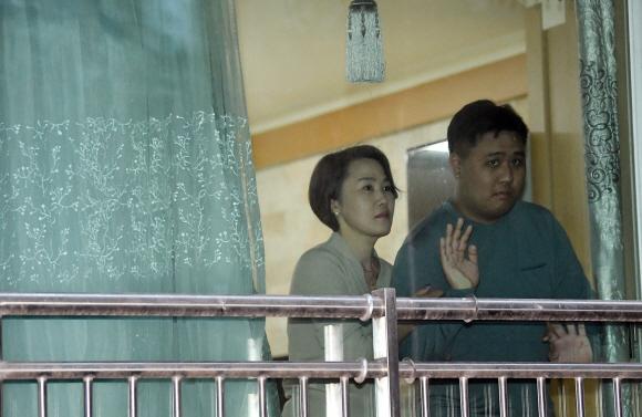 지난 7일 서울 성동구 자택에서 1층 창밖을 내다보고 있는 발달장애인 이윤호씨와 김남연씨 모자. 밖에 나가고 싶어 하는 윤호씨는 매일 창가를 서성인다. 정연호 기자 tpgod@seoul.co.k
