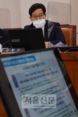 - 신동근 더불어민주당 의원이 12일 오전 서울 여의도 국회에서 열린 법제사법위원회의 법무부 등에 대한 국정감사에 출석해 추미애 법무부 장관을 상대로 질의하고 있다.2020. 10. 12 오장환 기자5zzang@seoul.co.kr