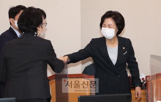 - 추미애 법무부장관이 12일 국회 법사위 법무부 국정감사에 참석하고있다. 2020. 10. 12 오장환 기자5zzang@seoul.co.kr