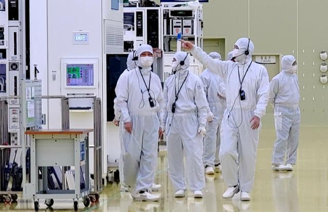 이재용 삼성전자 부회장이 삼성전자의 반도체부문 자회사인 세메스(SEMES) 천안사업장을 방문, 반도체 및 디스플레이 제조장비 생산 공장을 살펴보고 있다. 삼성전자 제공