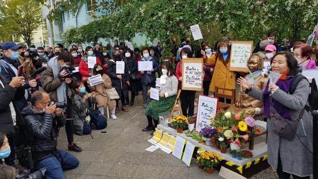 13일 독일 수도 베를린에서 시민들이 거리에 설치된 '평화의 소녀상' 앞에서 당국의 철거 명령에 항의하는 시위를 벌이고 있다. 베를린=연합뉴스