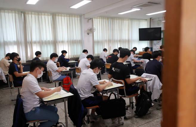 지난 9월16일 오전 부산진구 부산진고 3학년생들이 2021학년도 대학수학능력시험 9월 모의평가를 치르고 있다. [연합]