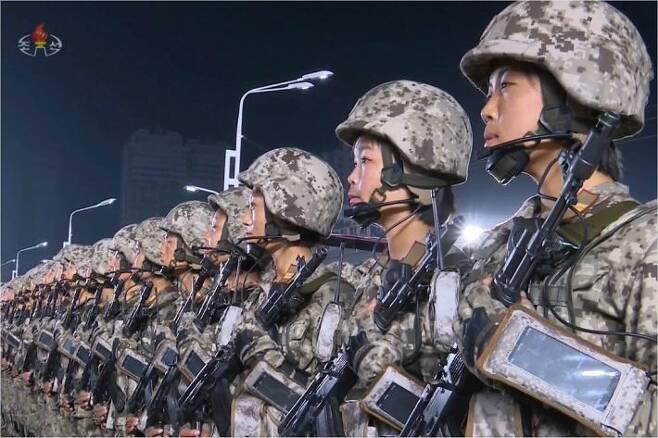 10일 열린 북한 노동당 창건 75주년 기념 열병식에서 공개된 북한군 병력들의 모습. 팔에 스마트폰이나 태블릿 PC를 기반으로 한 것으로 보이는 웨어러블 장치를 착용하고 있다.(사진=연합뉴스)