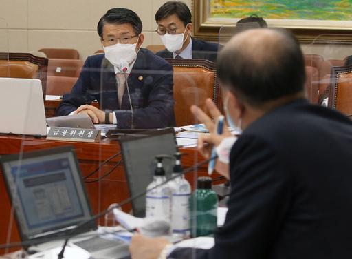 은성수 금융위원장이 12일 오후 서울 여의도 국회에서 열린 정무위원회의 금융위원회 등에 대한 국정감사에서 이용우 더불어민주당 의원의 질의를 듣고 있다. 공동취재사진