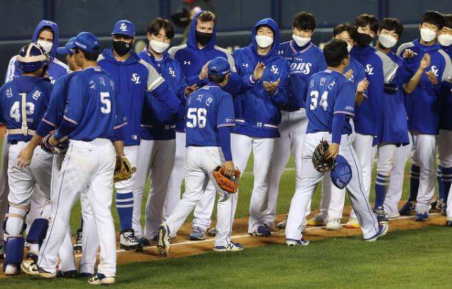 삼성 선수들이 지난 6일 서울 잠실야구장에서 열린 LG전에서 연장 끝에 승리를 거둔 후 기쁨을 나누고 있다. 연합뉴스