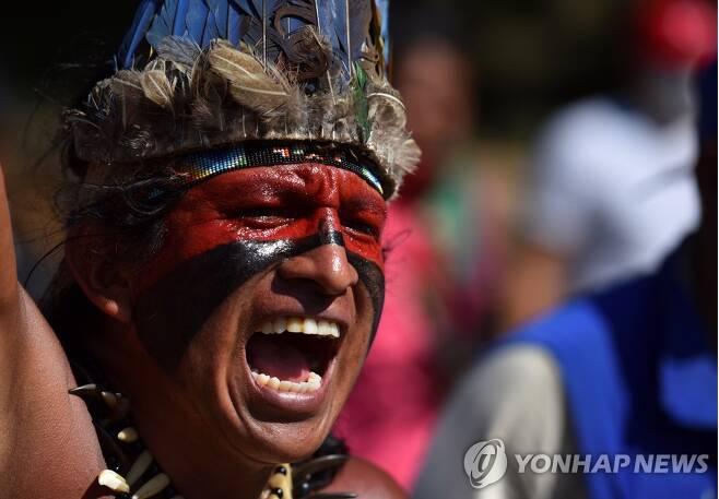 12일(현지시간) 콜롬비아 칼리에서 시위에 나선 원주민 모습 [EPA=연합뉴스]