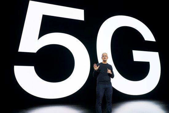 팀 쿡 애플 CEO가 13일(현지시간) 열린 아이폰12 공개 이벤트에서 5G 아이폰을 소개하고 있다.(사진출처=연합뉴스)