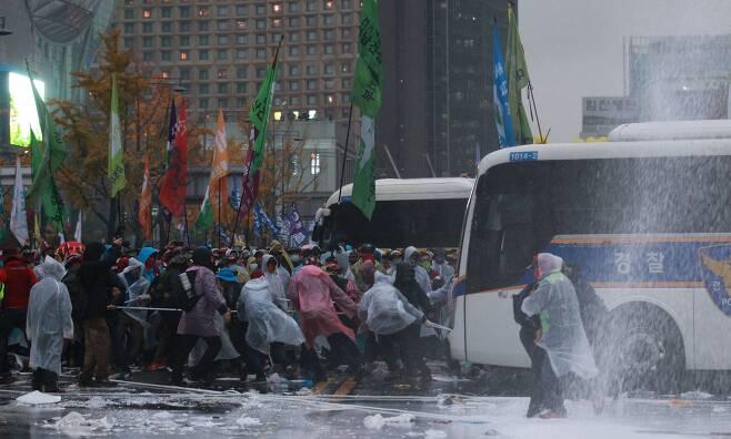 2015년 11월 14일 민중총궐기 집회 당시 일부 시위대가 경찰차량을 밧줄로 끌어당기는 모습. /장련성 기자