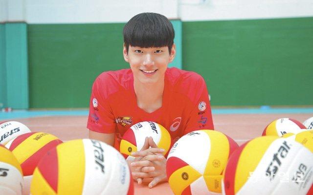 '코트의 김수현'이라는 별명을 갖고 있는 한국전력 신인 임성진이 9일 경기 의왕시 한국전력체육관에서 배구공을 안은 채 미소를 짓고 있다. 의왕=원대연 기자 yeon72@donga.com