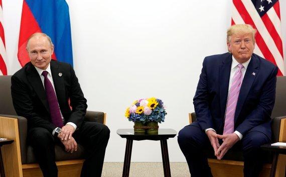 지난해 6월 28일 일본 오사카에서 열린 주요20개국(G20) 정상회의에서 만난 블라디미르 푸틴 러시아 대통령(왼쪽)과 도널드 트럼프 미국 대통령.로이터뉴스1
