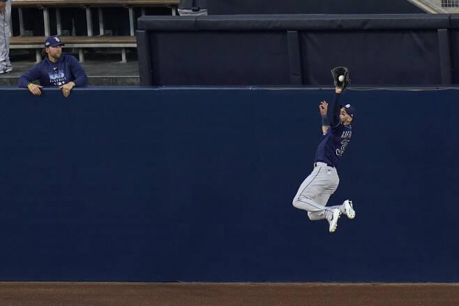탬파베이 중견수 케빈 키어마이어가 14일 휴스턴과의 ALCS 3차전에서 1회 알렉스 브레그먼의 홈런성 타구를 잡아내고 있다. | AP연합뉴스