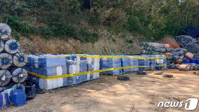 여수해양경찰서는 산속 공터에 무기산 1500여통을 보관해온 50대 남성을 검거했다고 15일 밝혔다. 사진은 무기산 보관 장소.(여수해경 제공)2020.10.15 /뉴스1 © News1