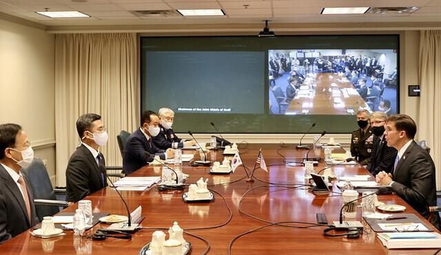 서욱 국방장관(왼쪽 두번째)과 마크 에스퍼 미국 국방장관(오른쪽 첫째)이 14일(현지시각) 오전 워싱턴 인근 미 국방부 청사에서 열린 제52차 한미안보협의회의(SCM)를 시작하고 있다. 워싱턴특파원단