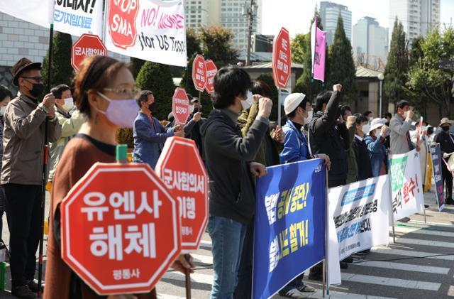 평화와통일을여는사람들(평통사)이 15일 오후 서울 용산구 국방부 인근에서 제52차 한미안보협의회(SCM) 결과 규탄 기자회견 및 평화행동을 하고 있다.뉴시스