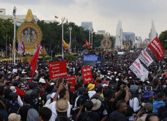 14일 방콕의 시위대가 왕실과 군부 정권에 맞서 민주주의를 요구하는 행진을 하고 있다. 방콕 | EPA연합뉴스