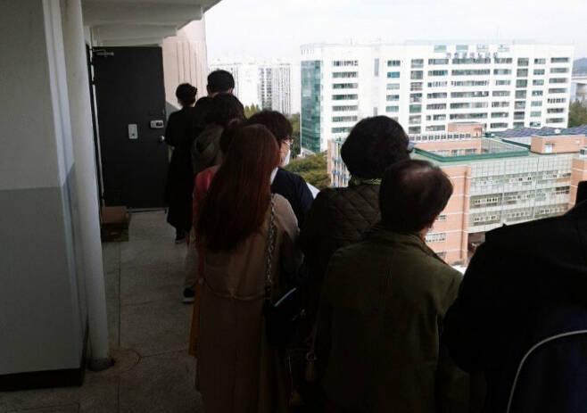 서울 가양동의 한 단지에 전셋집을 보기 위해 몰린 사람들의 모습 [온라인 커뮤니티]
