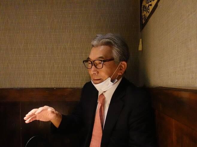 기자들을 만난 자리에서 '귀무덤 위령제'에 대해 설명하는 아마키 전 주레바논 일본 대사.