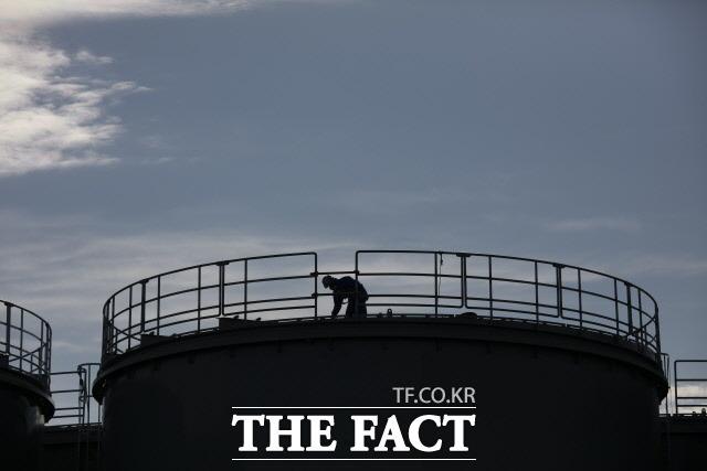 일본이 후쿠시마 오염수의 바다 방류 방침을 굳힌 것으로 알려졌다. 지난 2월12일 일본 후쿠시마(福島) 제1 원전 신축 수조 상단에서 작업자 1명이 일하고 있다. /AP·뉴시스