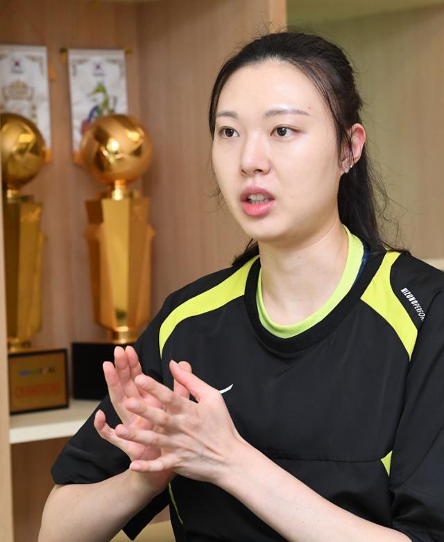 양효진이 14일 경기 용인시 현대건설배구단 체육관에서 진행된 본보와 인터뷰에서 질문에 답변하고 있다. 배우한 기자