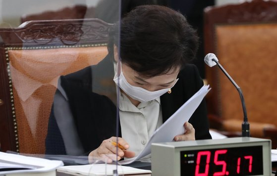 김현미 국토교통부 장관이 16일 정부세종청사에서 열린 국토부 국정감사에서 나훈아의 '테스형'을 듣고 웃는모습 [뉴스1]