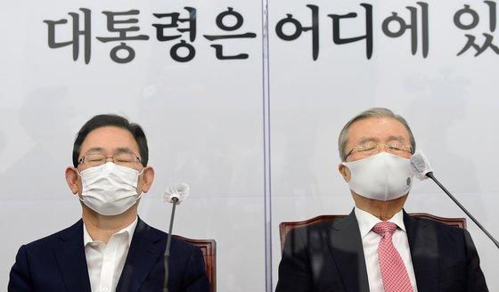 김종인 국민의힘 비상대책위원장(오른쪽)과 주호영 원내대표가 지난 12일 국회에서 열린 비상대책위원회의에서 생각에 잠겨 있다. 오종택 기자