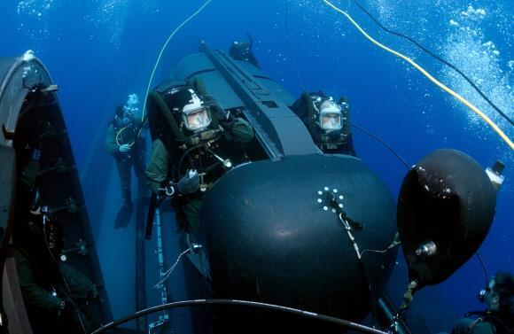 특수전 임무를 수행하는 미군 특수부대 네이비실 요원들이 핵잠수함에 배치된 소형 잠수정으로 훈련하고 있는 모습.미 해군 제공