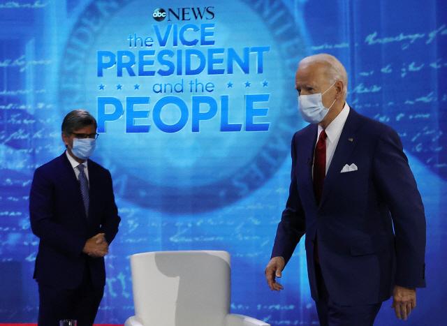 조 바이든 미국 민주당 대선 후보가 15일(현지시간) 펜실베이니아주 필라델피아 국립헌법센터에서 마스크를 쓴 채 ABC방송과의 타운홀 행사 무대로 입장하고 있다. /AFP연합뉴스