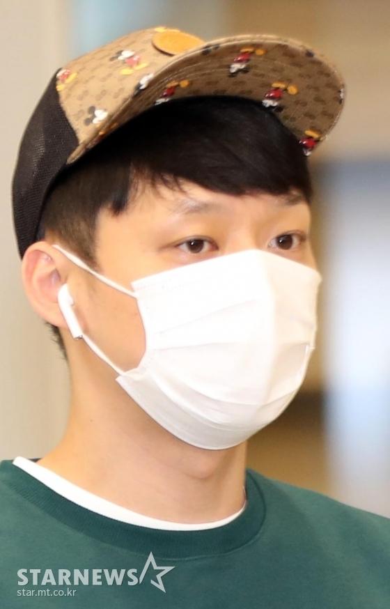 가수 겸 배우 박유천이 태국 방콕에서 열린 자선기부행사를 마치고 26일 오후 인천국제공항을 통해 입국하고 있다. / 사진=임성균 기자