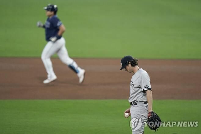 콜을 상대로 2점 홈런 치고 베이스를 도는 최지만 [AP=연합뉴스 자료사진. 재판매 및 DB 금지]