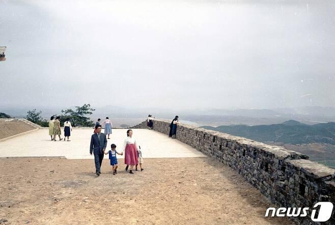 (서울=뉴스1) 1960년대 중반 평양시민들이 대성산 소문봉에 올라 대성산성 둘레를 걷고 있다. (미디어한국학 제공) 2020.10.17./뉴스1 photo@news1.kr