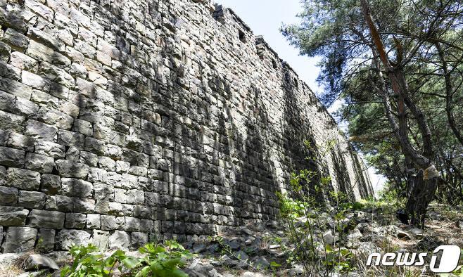 (서울=뉴스1) 대성산 소문봉에 남아 있는 대성산성 바깥 성벽 전경. (미디어한국학 제공) 2020.10.17./뉴스1 photo@news1.kr