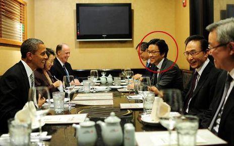 2011년 10월 12일 오후 미국 워싱턴의 한식당 '우래옥'에서 버락 오바마 당시 미국 대통령과 마주 앉은 이명박 대통령의 오른편에 앉아있는 김일범 당시 외교부 북미국 북미2과장./ 연합뉴스