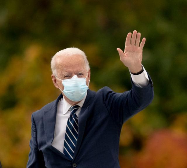 조 바이든 미국 민주당 대선후보가 16일 유세를 위해 미시간주 사우스필드에 도착하고 있다. 사우스필드=AP 연합뉴스