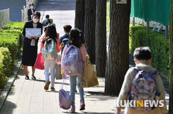 ▲지난 5월 27일 오전 서울의 한 초등학교에 1, 2학년 학생들이 등교하고 있다. / 박태현 기자 pth@kukinews.com