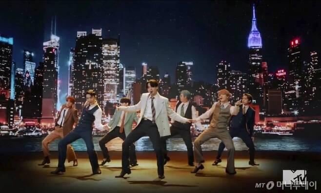 [런던=AP/뉴시스]MTV가 30일(현지시간) 제공한 사진에 그룹 방탄소년단(BTS)이 신곡 '다이너마이트' 공연을 펼치고 있다. '다이너마이트'는 영국 오피셜 차트에 3위에 진입했고 방탄소년단은 영국 MTV가 투표로 뽑는 '가장 핫(Hot)한 슈퍼스타'에 2년 연속 선정됐다. 2020.08.31.