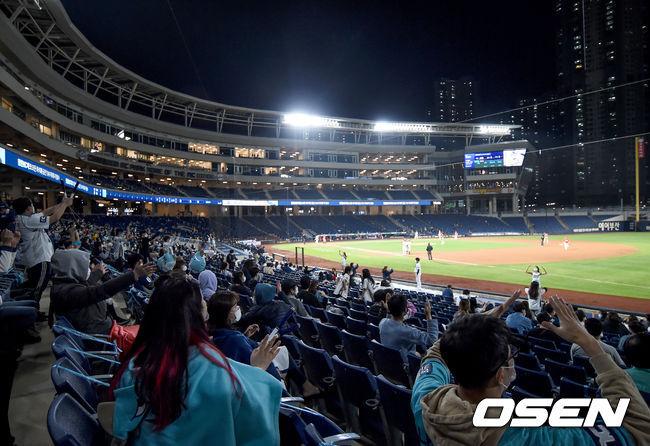 [OSEN=창원, 김성락 기자] 15일 창원NC파크에서 '2020 신한은행 SOL KBO리그' NC 다이노스와 KIA 타이거즈의 경기가 열렸다. 야구팬들이 관중석에서 열띤 응원을 펼치고 있다./ksl0919@osen.co.kr