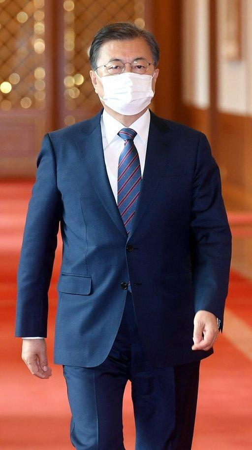 문재인 대통령은 16일 옵티머스자산운용에 거액을 투자한 공공기관에 대한 철저한 조사를 지시했다. 청와대사진기자단