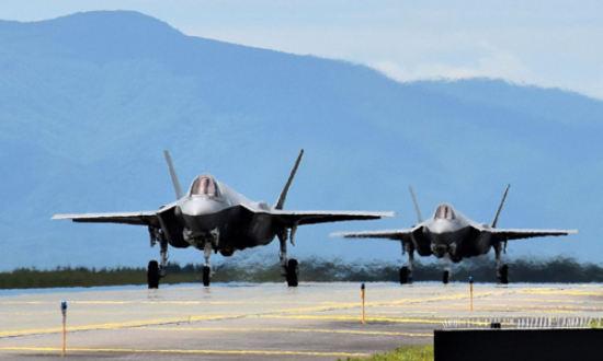 일본 항공자위대 소속 F-35A 전투기 편대가 훈련을 위해 활주로에서 대기하고 있다. 방위성 제공